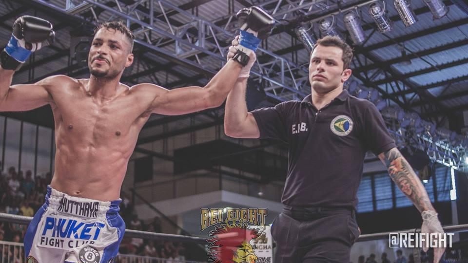 Julio Maximus luta torneio de muaythai com luvas de MMA no México