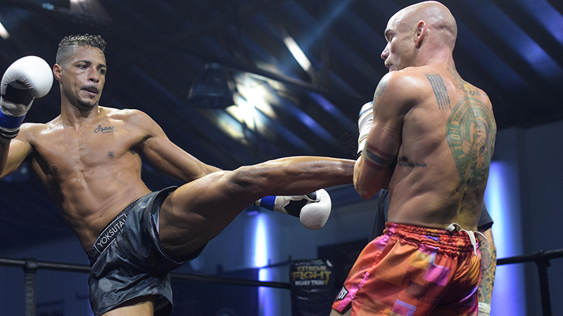 Maximus vira após sofrer knockdown; Leandro é o primeiro campeão do Extreme